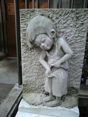 20100328 麻布十番 男の子彫刻.JPG